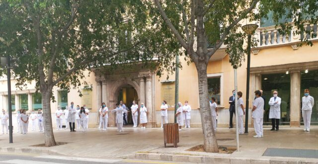 Clínica-Rotger-Minuto-de-silencio-sanitarios-fallecidos-Covid-19-Hospital-Mallorca