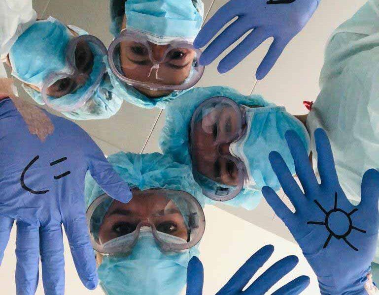 Equipo-Enfermería-Guantes-con-emoticonos-Clínica-Rotger