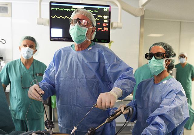 El doctor Lacy utiliza tecnología de última generación para la Cirugía Laparoscópica en 3D que proporciona imágenes 4K